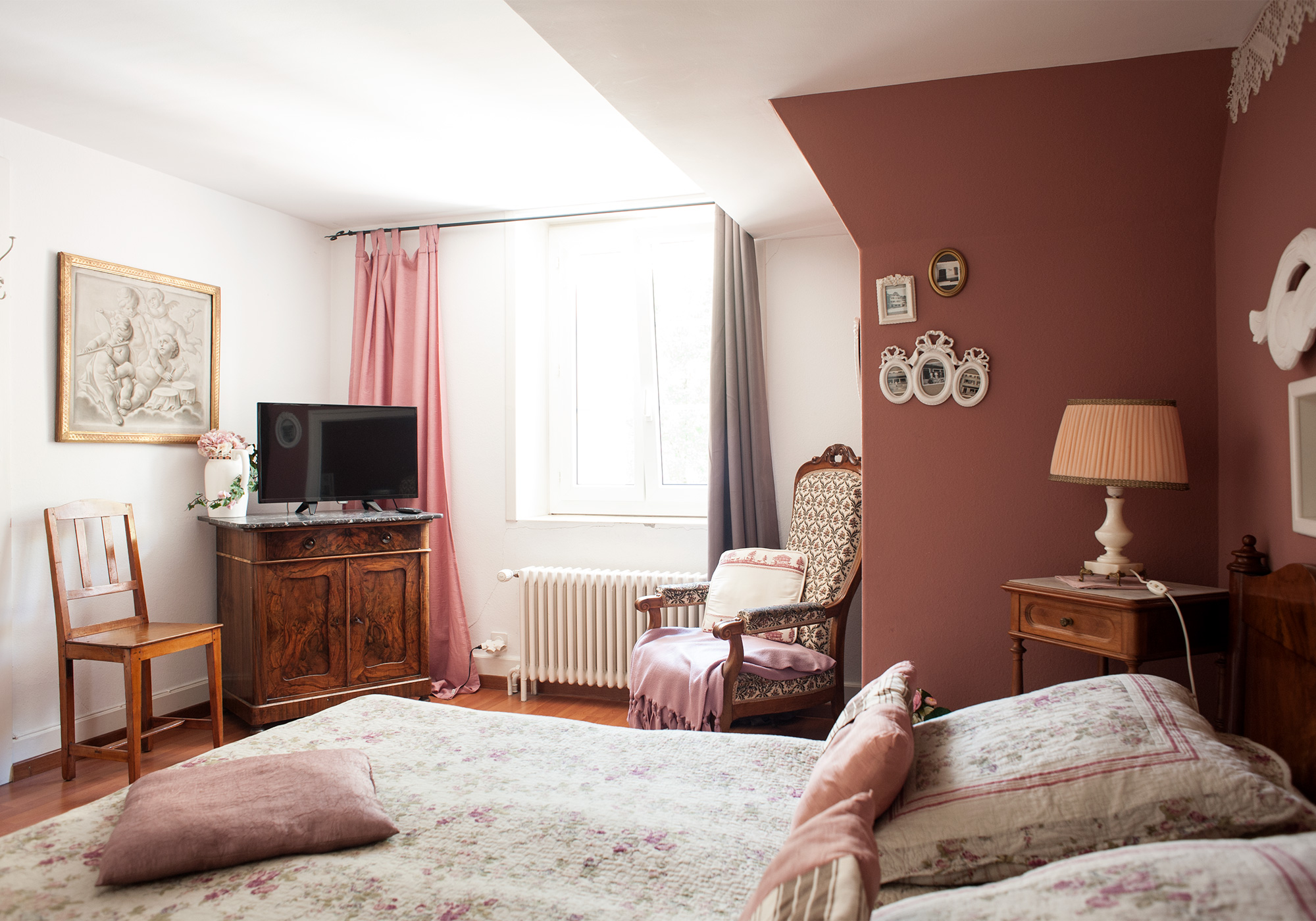 chambre d antan maison dubois le locle chambre d. Black Bedroom Furniture Sets. Home Design Ideas